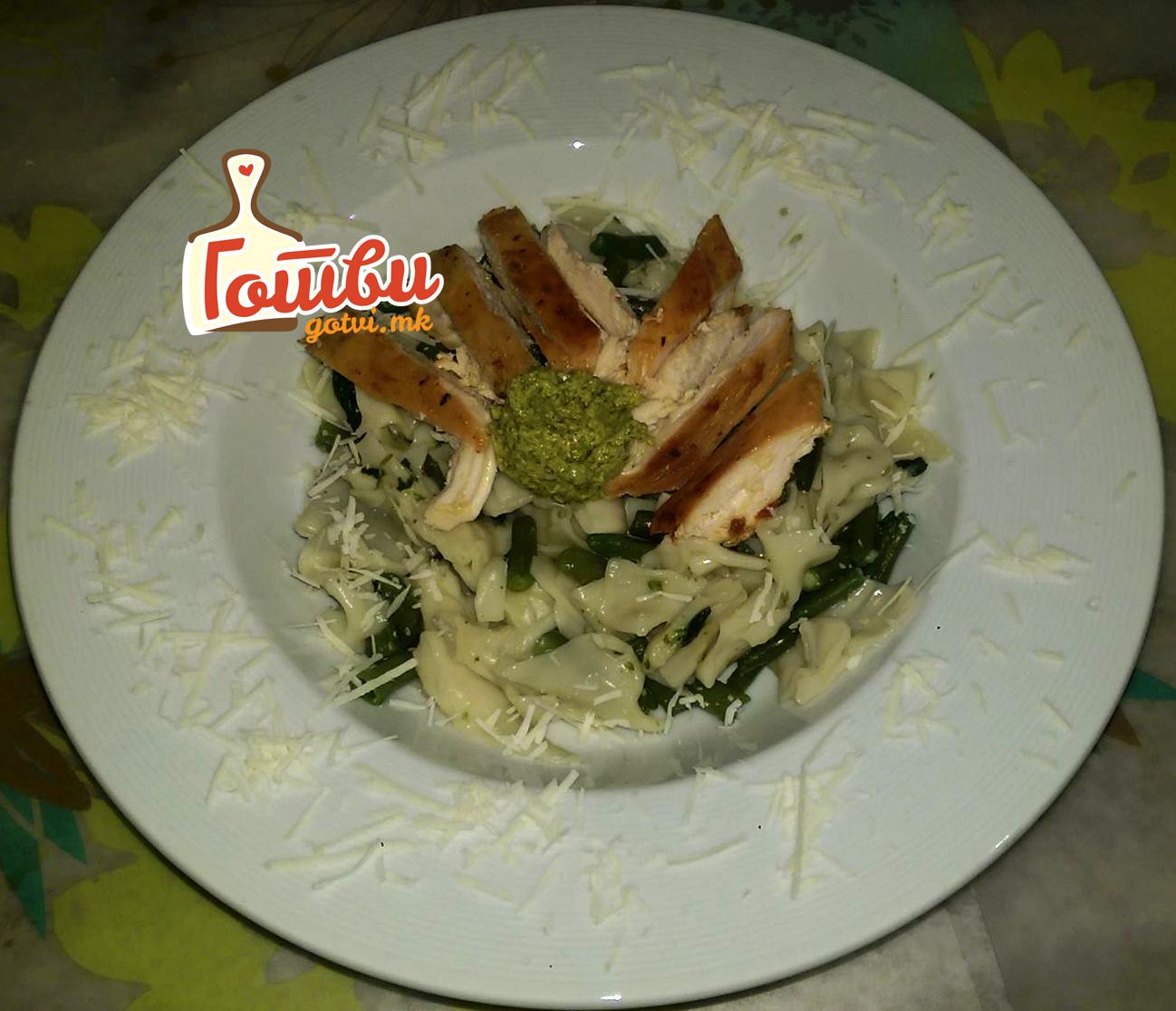 Пилешко со паста и песто сос