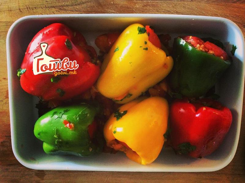 Посни полнети пиперки со посебен фил – деликатес за големиот пост
