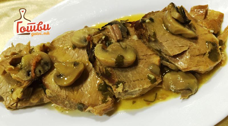 Месо во сос од печурки – врвен деликатес кој совршено оди со чаша вино