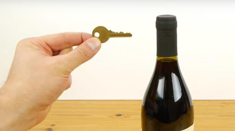 ВИДЕО: Како да отворите шише вино со обичен клуч