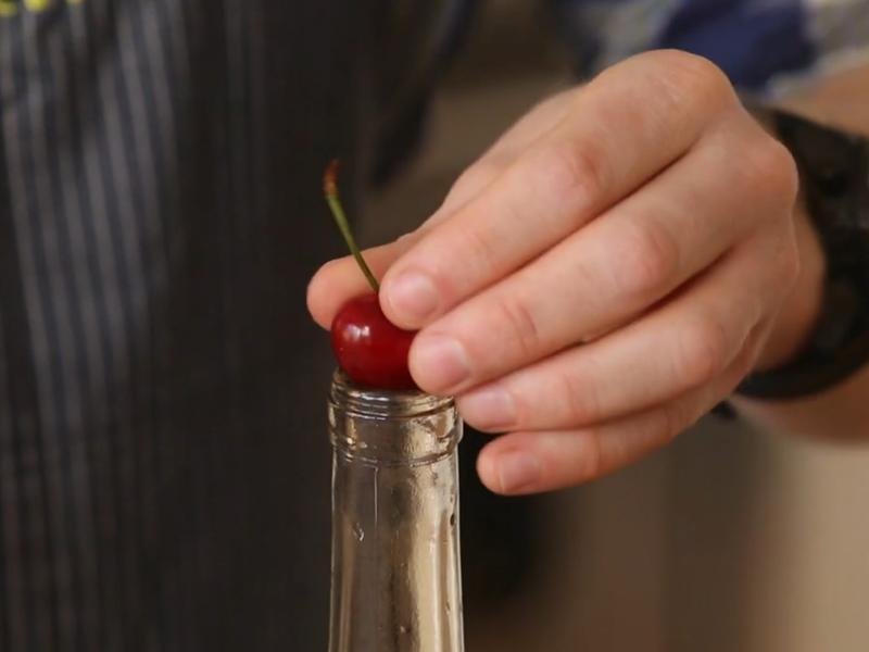 ВИДЕО: Едноставен трик за најбрзо вадење на семките од цреши и вишни?