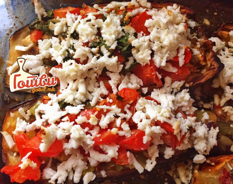 Полнет модар домат во фурна