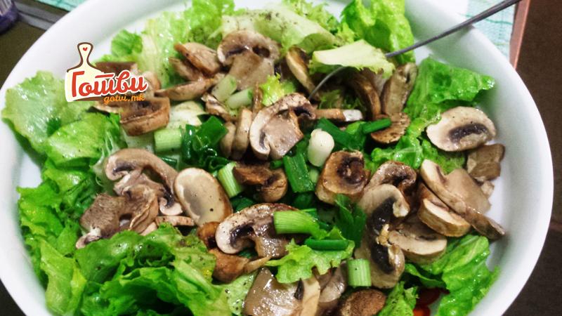 Салата со свежи печурки