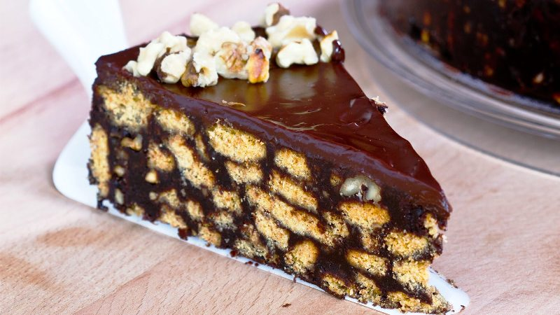 ВИДЕО рецепт: Чоколадна бисквит торта која не се пече