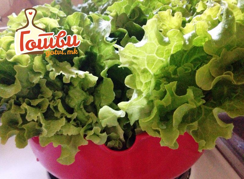 Речиси нема калории, топи сало и полна е витамини – салата која е царица на летото
