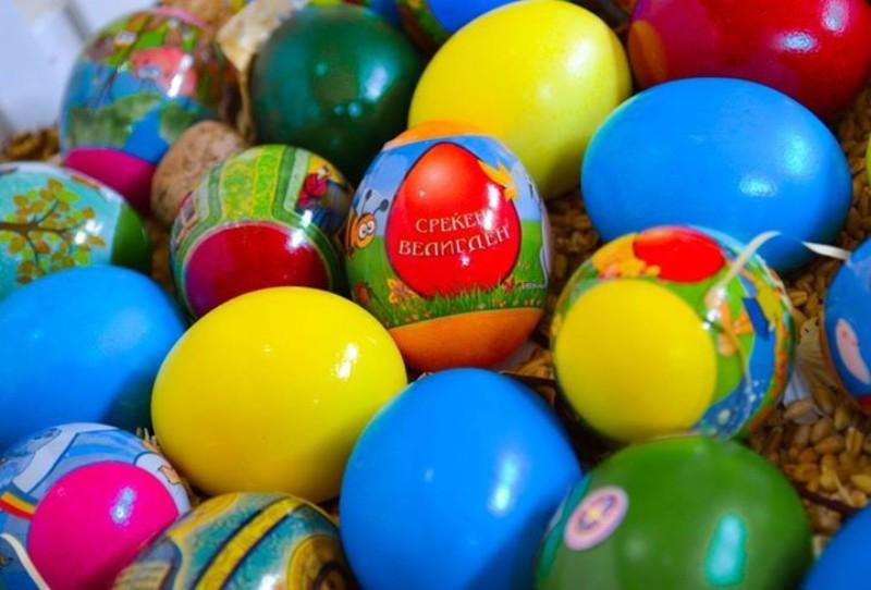 ВИДЕО: Бојадисајте 50 Велигденски јајца со боја во капсули