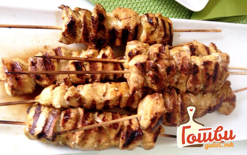 Пилешки ражничи: Бело месо маринирано во путер од кикирики
