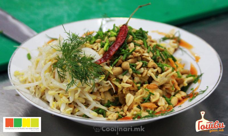 Pad Thai со пилешко