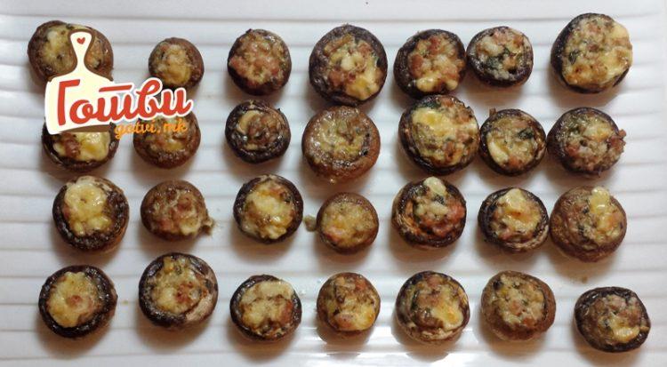 Рецепт за лесен ручек: Шампињони полнети со топено сирење и салама
