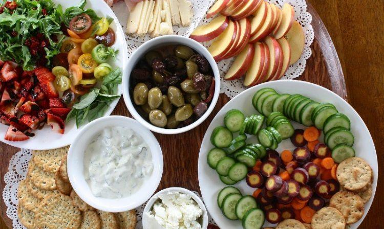 Чувајте го здравјето: Каква храна треба да консумираме на горештините?
