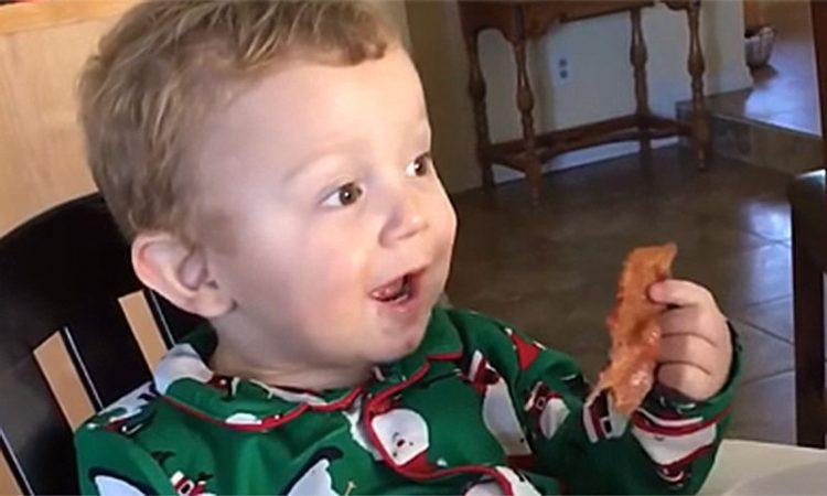 Урнебесно: Реакцијата на мало дете кое прв пат пробува сланина (видео)