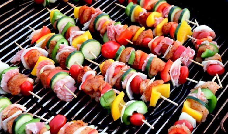Ражничи од зеленчук и виршли – сензационален вкус