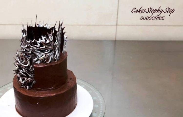 ВИДЕО: Измеша бела и црна чоколада – декорацијата за торта ќе ве остави без зборови