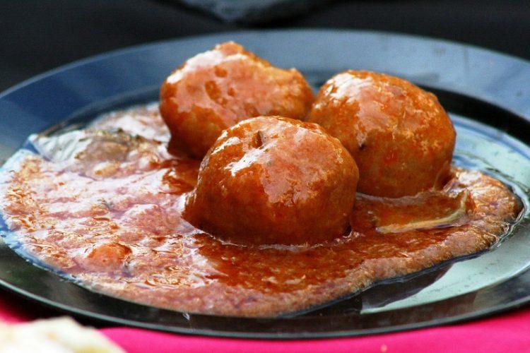 Брз идеален викенд рецепт: Сочно месо во сос од домати