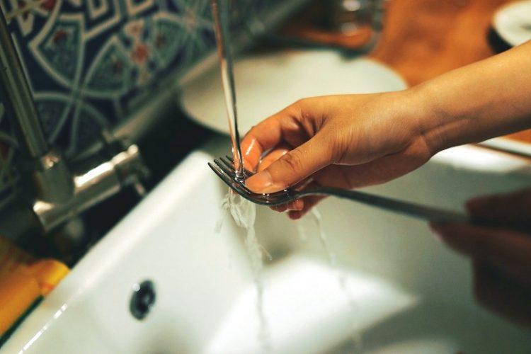 Миењето садови со ладна вода може да му наштети на телото – Како да ги миеме садовите?