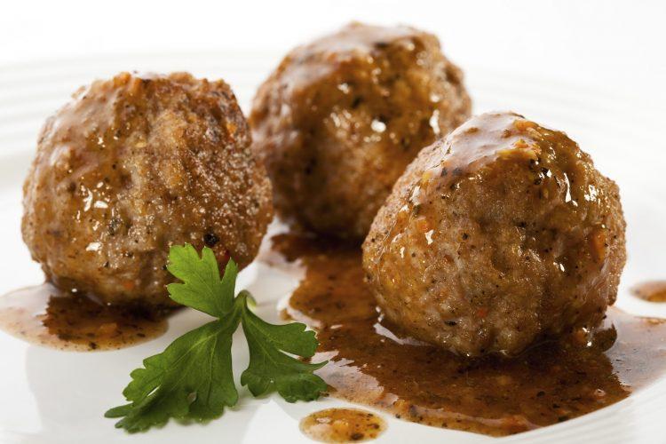 Наједноставно ќофте во сос: Со тестенини или пире, вкусот е фантастичен!