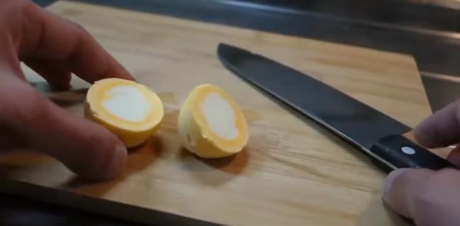 ВИДЕО кое воодушевува: Ги свари јајцата, а белката и жолчката си ги заменија местата