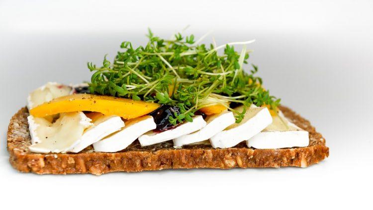 Не го фрлајте стариот леб: Крцкави парчиња со лук и сирење