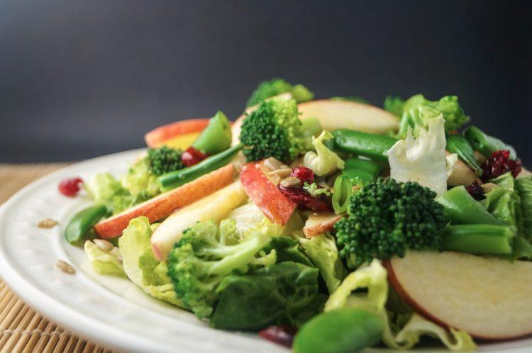 Витамини во чинија: Шарена салата со зелка и јаболко