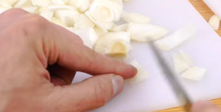 За да нема солзи во кујната: Видео кое ќе ви помогне најбрзо да исечете кромид
