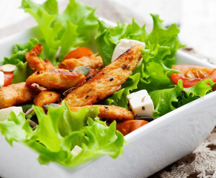 Супер брзо и супер вкусно: Пилешка салата со сирење