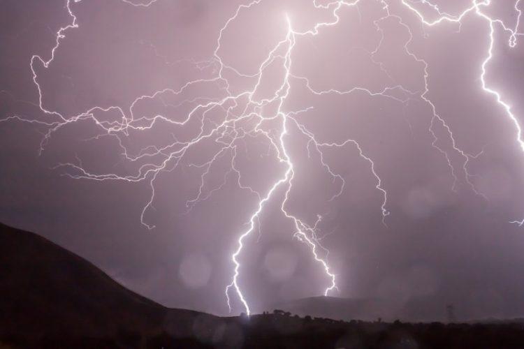 Никако не паничете – Совети како да си помогнете ако ве фати дожд или поплава