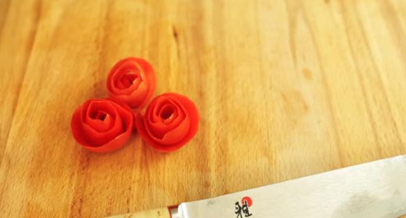 ВИДЕО: Направете рози од домати