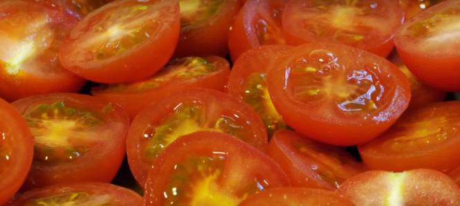 ВИДЕО: Трик во кујната: Исечете куп домати за секунда