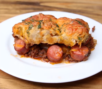Месо, кашкавал и колбаси во тесто: Не е пита но е неверојатно вкусно!