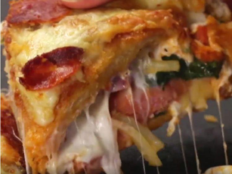 ОВА МОРАТЕ ДА ГО ПРОБАТЕ! Чикаго пица со дебело и крцкаво тесто, полно со прелив!