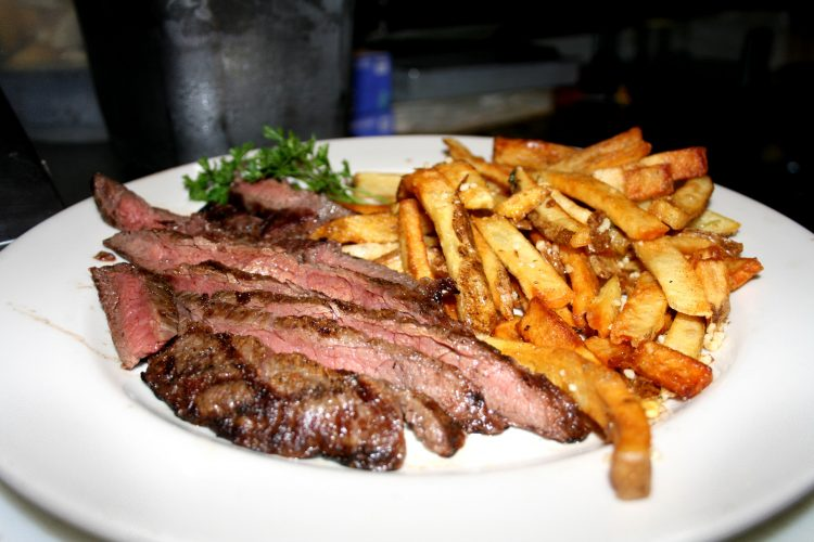 БРЗ ВИКЕНД РУЧЕК: Колбаси, бифтек и компири во тава