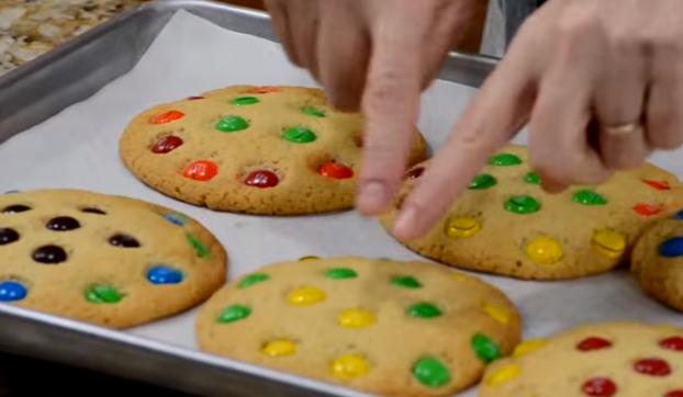 ВИДЕО РЕЦЕПТ: Колачиња со најубавите бонбони од детството