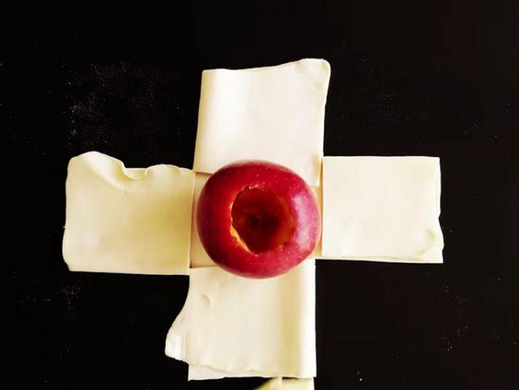 Ставила јаболко среде лиснато тесто. Еве како овошјето го претворила во вкусен десерт!