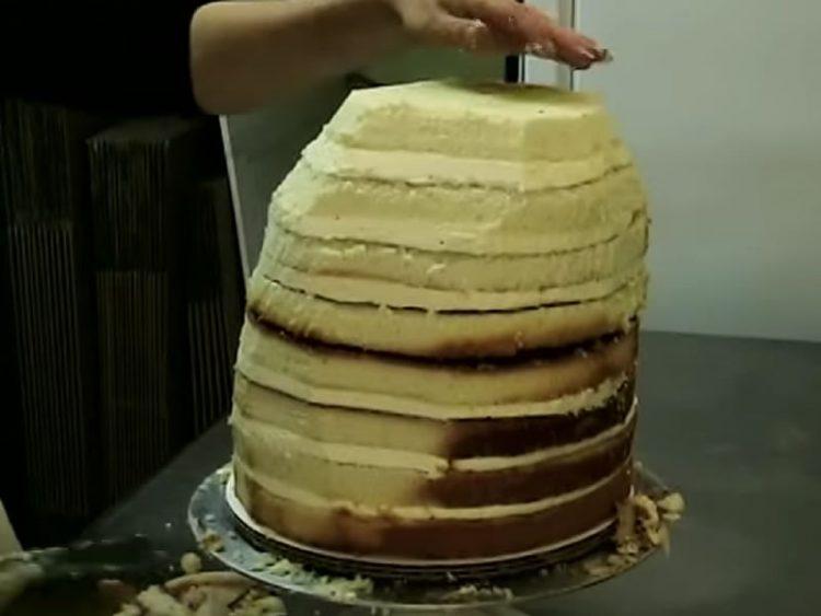 Изгледа како сосема обична торта, но неколку моменти подоцна… ФАНТАСТИЧНО!