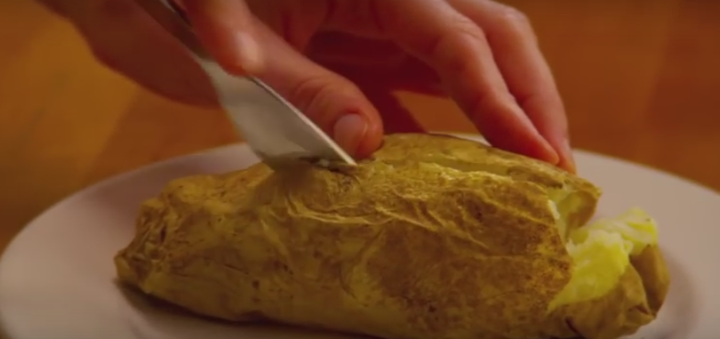 ВИДЕО: Испечете компири во микро – да, можно е!