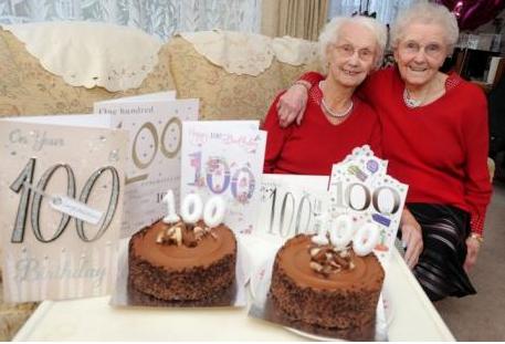 ФОТО: Близначки сечеа торта за 100. Роденден – ова е тајната за долговечност