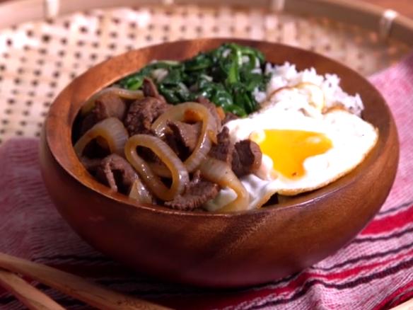 ВИДЕО: Стави месо спанаќ и јајце во грне – она што го доби е совршено