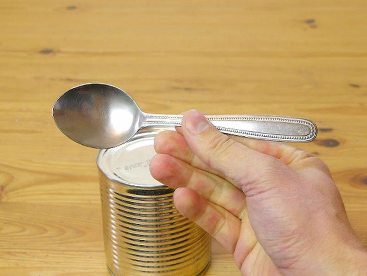 Овој трик сигурно не го знаевте: Еве како да отворите конзерва со лажичка! (ВИДЕО)