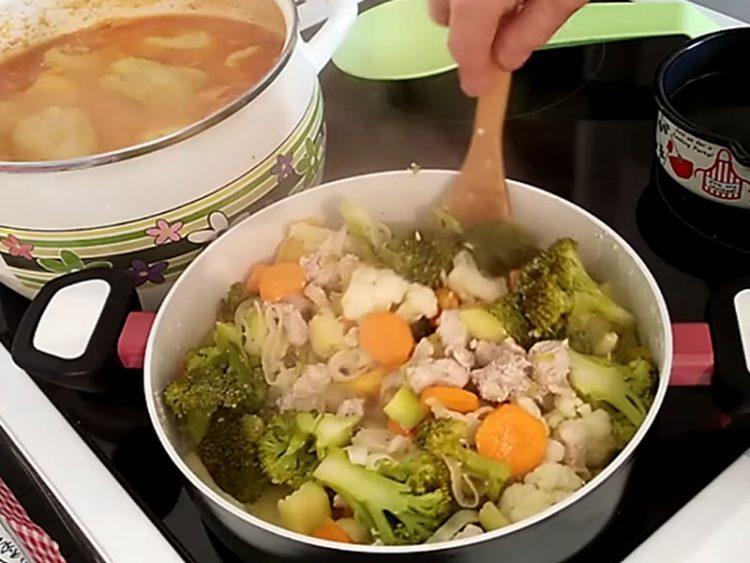 БРЗ И ЗДРАВ ОБРОК: Пилешко месо со брокули и зеленчук (ВИДЕО)