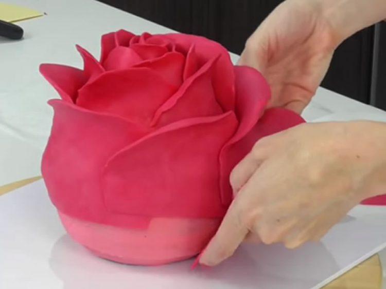 Како да направите торта во облик на ружа (ВИДЕО)