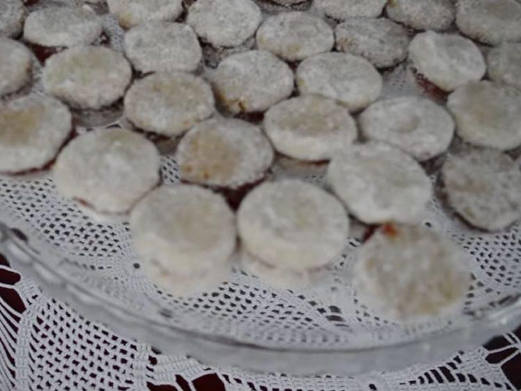Вкус кој ќе ве врати во детството: Еве како да направите НЕОДОЛИВИ ванилици со ореви (ВИДЕО)