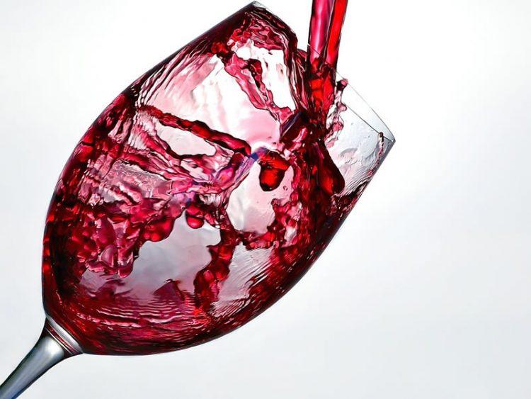 Едноставен трик со кој вашето евтино вино ќе поприми вкус на скапоцено
