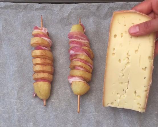 ВИДЕО: Зема стапчиња за ражничи и замота компир – ќе го правите истото