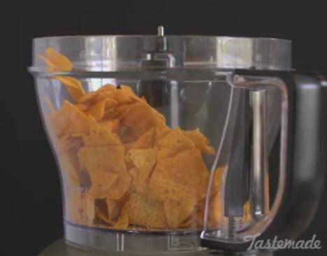 ВИДЕО: Стави Доритос во блендер па зема пилешко – СПЕЦИЈАЛИТЕТ на денот