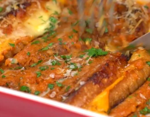 ВИДЕО: Парчиња леб стави во сос и ги испече – доби ручек од соништата