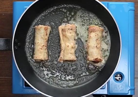 ВИДЕО: Замота колбаси во леб – ручекот по кој полуде светот