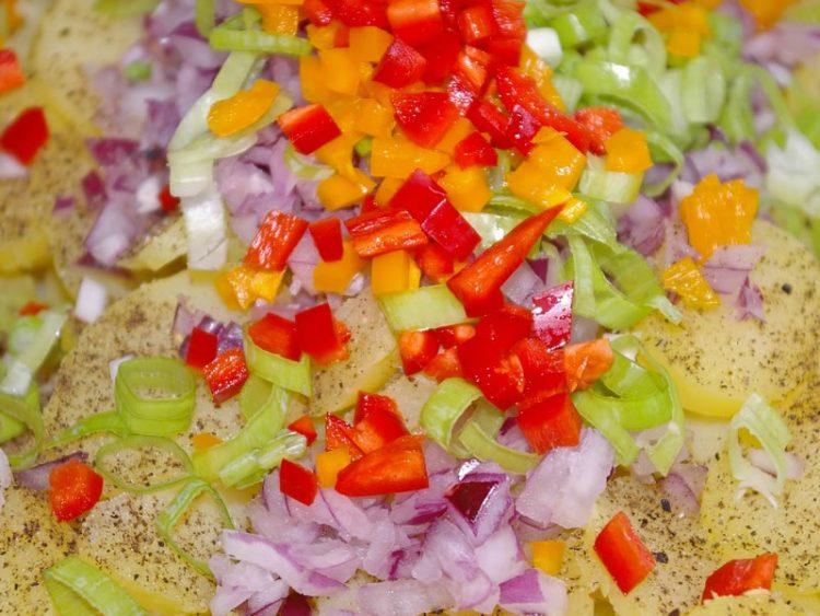 Вкусен компир деликатес со зеленчук и кашкавал