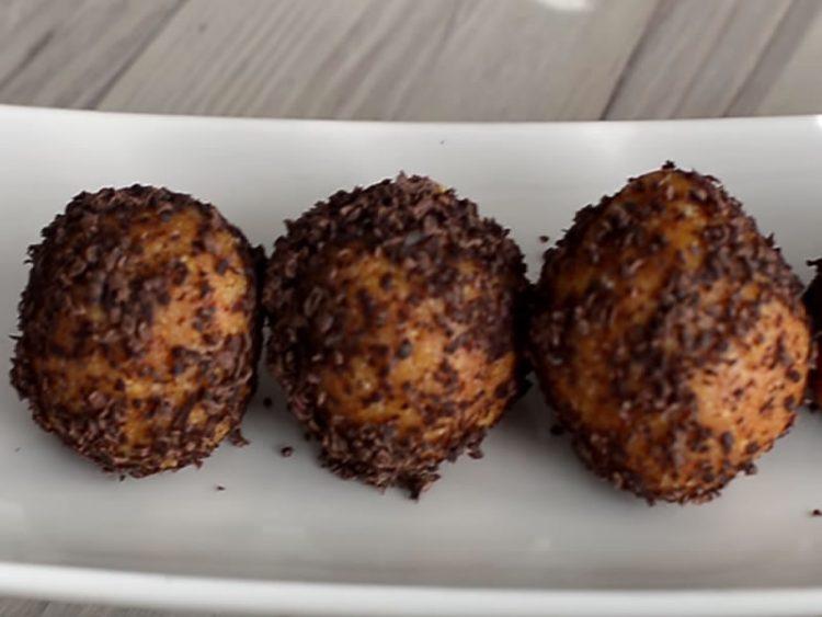 СЕ ПРАВАТ ЗА 20 МИНУТИ: Неодоливи чоколадни топчиња со ликер кои ќе ги обожавате!