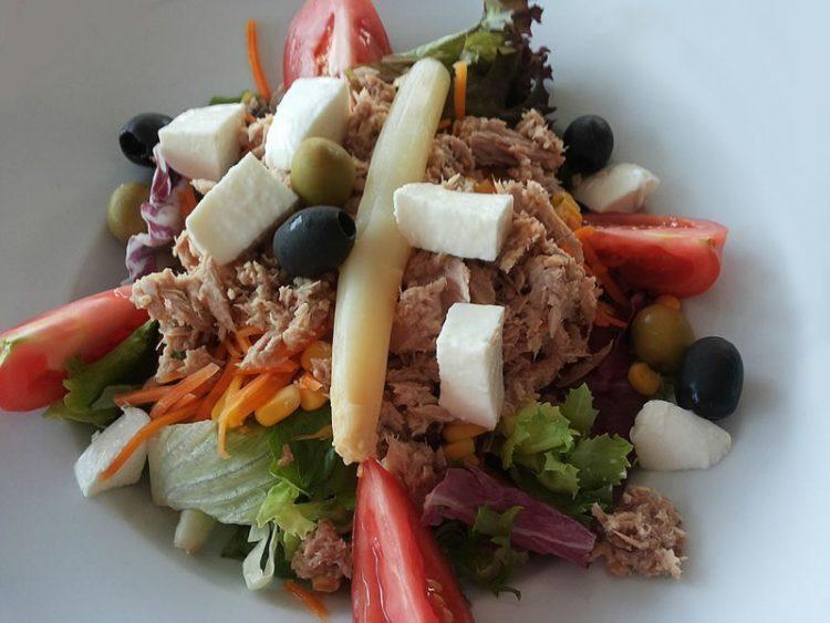 Ручек без печење на горештините: Брза и освежувачка туна салата, само сецкате и мешате