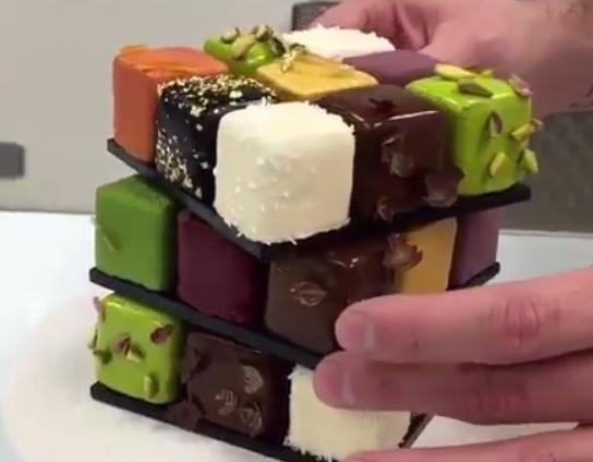 ИЗГЛЕДА СОВРШЕНО: Направи рубикова коцка од колачиња